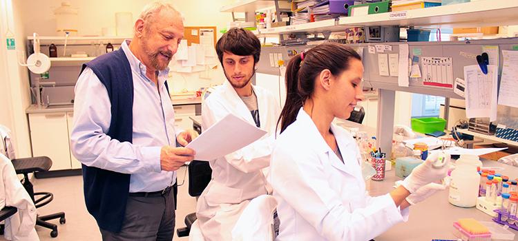 Eduardo Arzt junto a sus becarios David Golinski y Belén Elguero, en uno de los laboratorios del IBioBA CONICET- Instituto Partner de la Sociedad Max Planck. Fuente imagen: Prensa IBioBA.