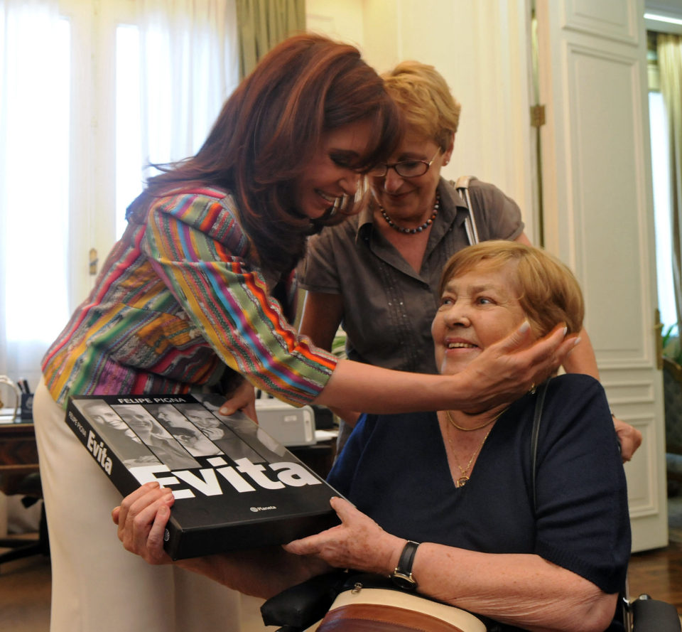Archivo:Cristina Kirchner y María Elena Walsh - 2008