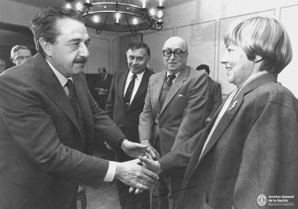 Raúl Alfonsín saluda a María Elena Walsh. Foto: Archivo General de la Nación